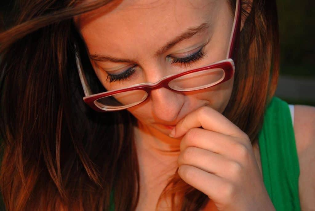 Impostor Syndrom Frau Brille unsicher web