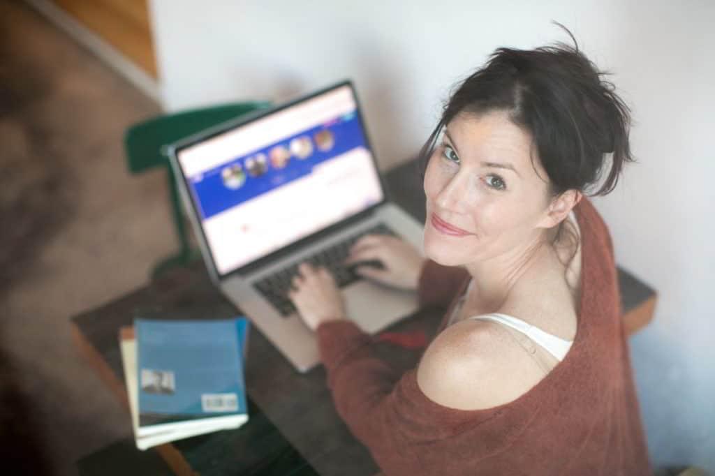 Online Weiterbildung kostenlos Frau am Laptop